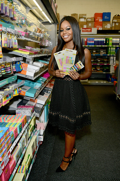 Adhesive Note「Champion Gymnast Gabby Douglas and Post-it Brand Make It Stick For Back-to-School 2017 at Staples in Burbank, CA」:写真・画像(5)[壁紙.com]