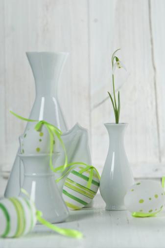 イースター「Snowdrop in vase with easter eggs on wooden table, close up」:スマホ壁紙(4)
