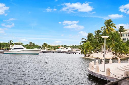 ケイマン諸島「ボートクルーズでのカマナベイウォーターフロントのグランドケイマン」:スマホ壁紙(11)