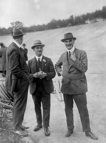 At The Edge Of「John Portwine and Selwyn Edge of AC Cars at Brooklands motor racing circuit, Surrey, c1921」:写真・画像(14)[壁紙.com]