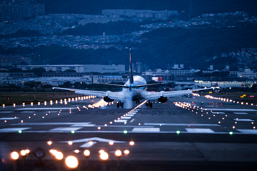 Carrying「A big airplane arrives at the airport.」:スマホ壁紙(1)