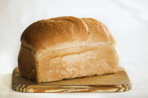 Loaf of Bread「Loaf of white bread on cutting board.Against white background.」:スマホ壁紙(1)