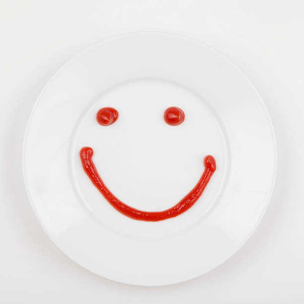 Plate with smiley face made of ketchup:スマホ壁紙(壁紙.com)