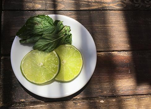 かんきつ類「Plate with slices of lime and mint」:スマホ壁紙(13)