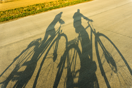 Heterosexual Couple「Shadows of couple on bicycles」:スマホ壁紙(9)