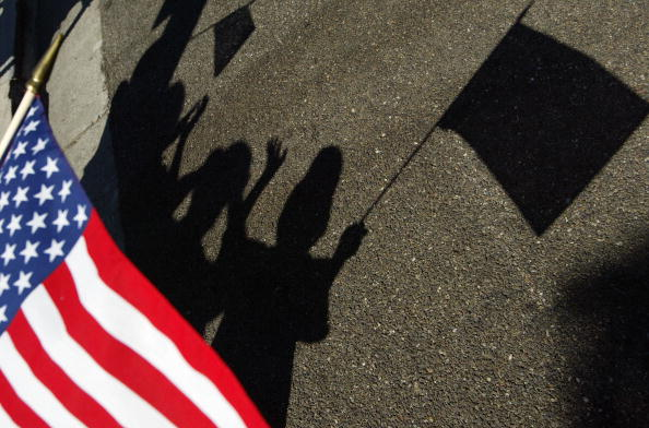 影「California Community Holds Parade In Honor Of Troops Returning From Iraq」:写真・画像(4)[壁紙.com]