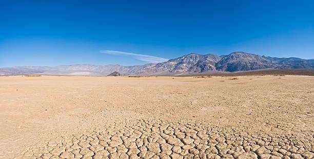 Dry lake bed in desert:スマホ壁紙(壁紙.com)