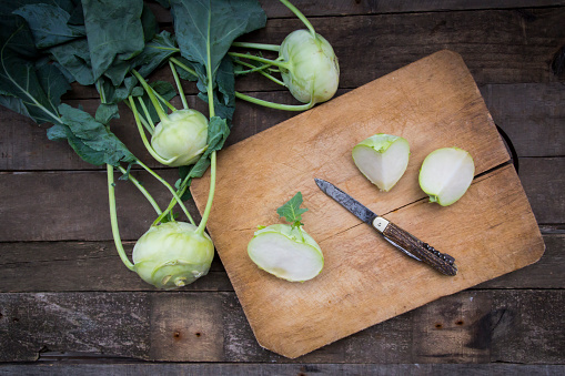 Kohlrabi「Organic kohlrabi on wood, knife on chopping board, halved」:スマホ壁紙(3)