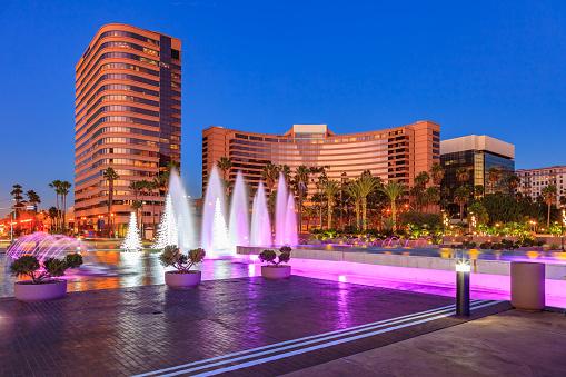 Town Square「Skyscrapers of Long Beach skyline,fountain,plaza,night,CA」:スマホ壁紙(3)