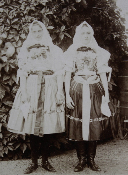 Traditional Clothing「Holí / Slovakia. Two Girls In National Dress. 1904. Photograph.」:写真・画像(10)[壁紙.com]