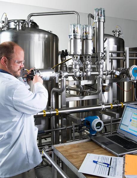 Mid Adult「High tolerance liquid mixer with technician」:写真・画像(16)[壁紙.com]
