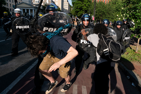 Confrontation「Protesters Demonstrate In D.C. Against Death Of George Floyd By Police Officer In Minneapolis」:写真・画像(4)[壁紙.com]