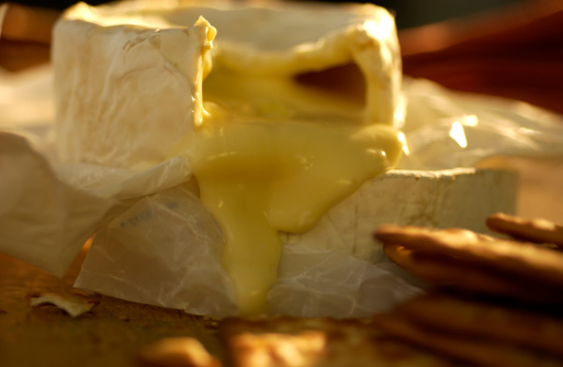 Cheese「Melting Brie stack with crackers on table」:スマホ壁紙(1)