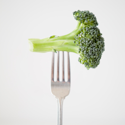 Silverware「Broccoli on fork, studio shot」:スマホ壁紙(19)