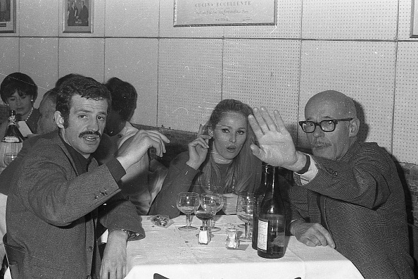 人体部位「Film actress Ursula Andress and French actor Jean-Paul Belmondo (left) with a friend at the restaurant , Rome 1966」:写真・画像(0)[壁紙.com]