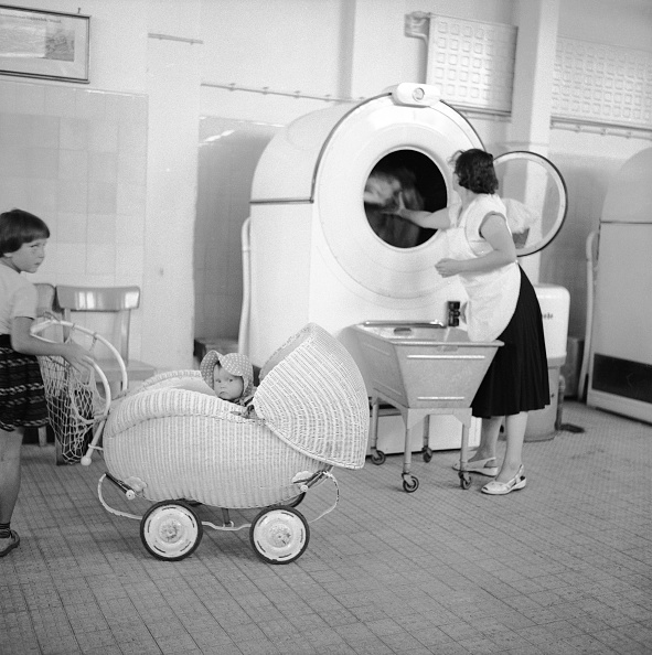 Laundromat「In a launderette, Hamburg, Photograph, 1955/56」:写真・画像(13)[壁紙.com]