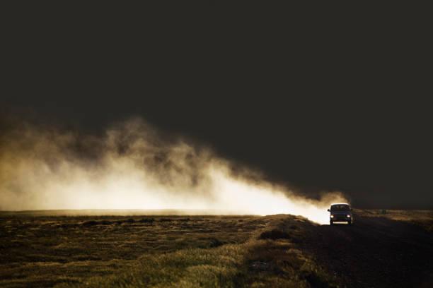 Van on dirt road creating dust:スマホ壁紙(壁紙.com)