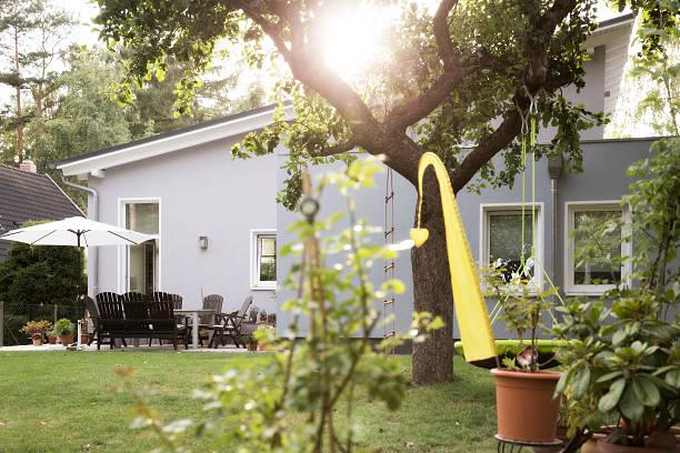 Germany, Eggersdorf, bungalow and garden:スマホ壁紙(壁紙.com)