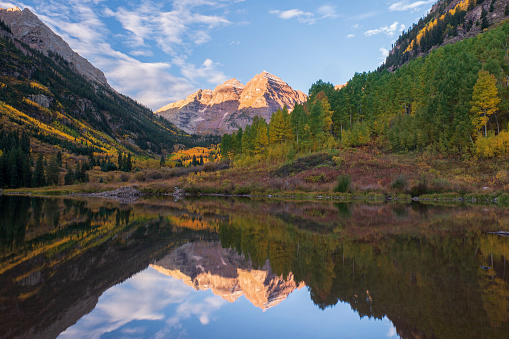 Maroon Bells「Scenic mountain peaks and lake at Maroon Bells Scenic Area」:スマホ壁紙(14)