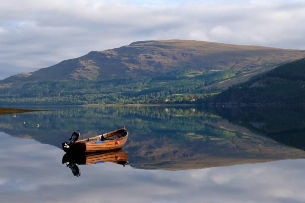 Boat on Loch Broom:スマホ壁紙(壁紙.com)
