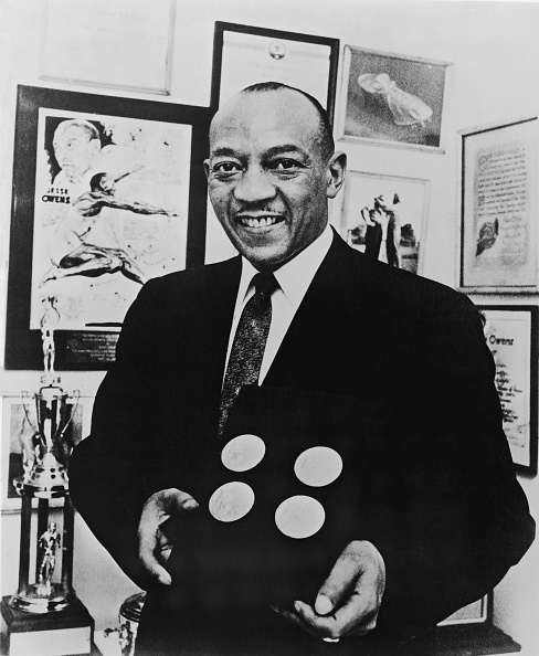 Gold「Jesse Owens Poses With Gold Medals」:写真・画像(13)[壁紙.com]