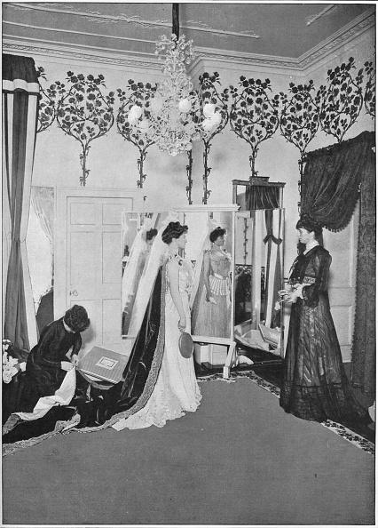 ������ ������「The finishing touches of a dressmaker, London, c1901 (1901)」:写真・画像(18)[壁紙.com]