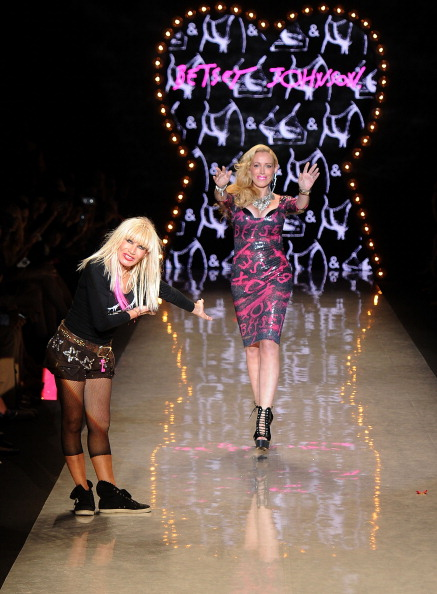 Spring Collection「Betsey Johnson - Runway - Spring 2012 Mercedes-Benz Fashion Week」:写真・画像(7)[壁紙.com]