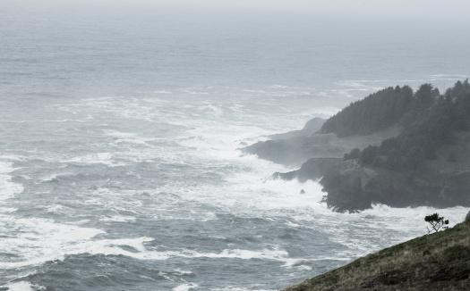 Cannon Beach「Storm waves crashing against the coastline」:スマホ壁紙(8)