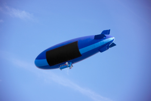 Airship「Blue blimp in blue sky with blank sign」:スマホ壁紙(9)