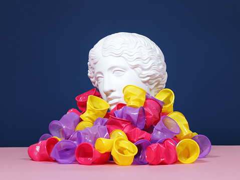 Alabaster「Plaster head buried in disposable plastic cups. Pollution concept」:スマホ壁紙(3)