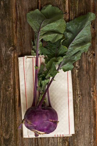 Kohlrabi「Blue cabbage turnip with napkin on wooden table, close up」:スマホ壁紙(2)