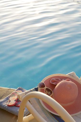 Flip-Flop「summer items on edge of pool」:スマホ壁紙(9)