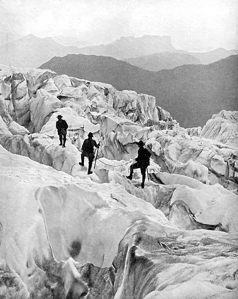ボッソン氷河「Climbing through the Bossons icefall on the way up Mont Blanc, Switzerland, early 20th century.」:写真・画像(1)[壁紙.com]