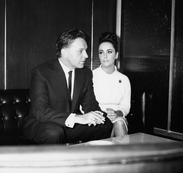 座る「Elizabeth Taylor And Richard Burton」:写真・画像(16)[壁紙.com]