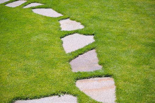 観賞用庭園「ガーデンステッピングストーンパススルー緑の芝生」:スマホ壁紙(3)