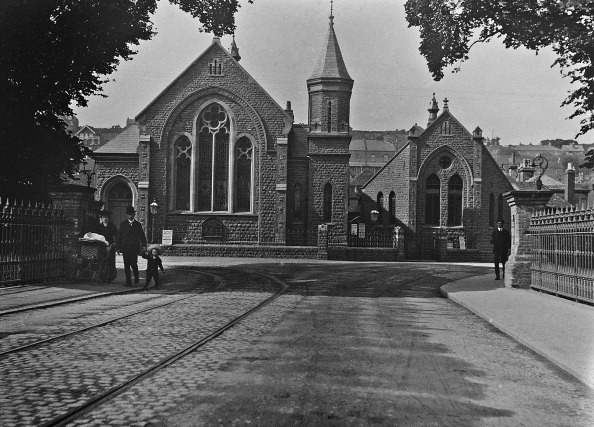 1900「Family Walking By Church」:写真・画像(19)[壁紙.com]