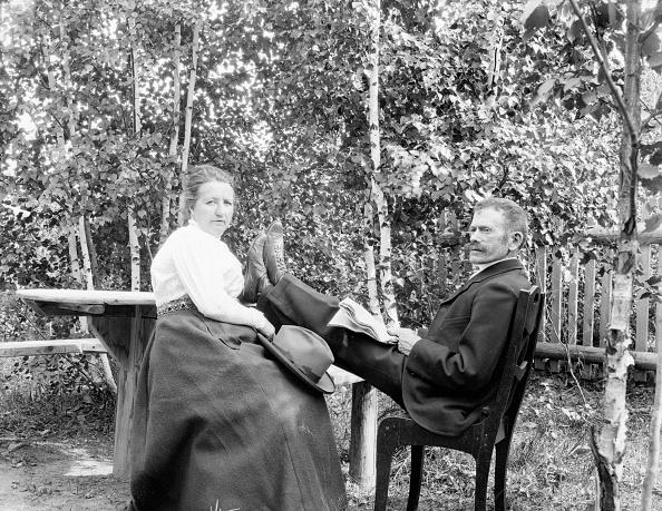 Picnic Table「Couple Sitting At Picnic Table」:写真・画像(12)[壁紙.com]