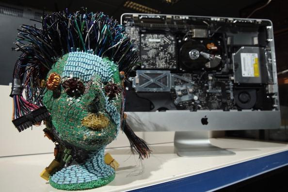 Repairing「Berlin Man, With Help, Creates Art From Electronics Junk」:写真・画像(5)[壁紙.com]