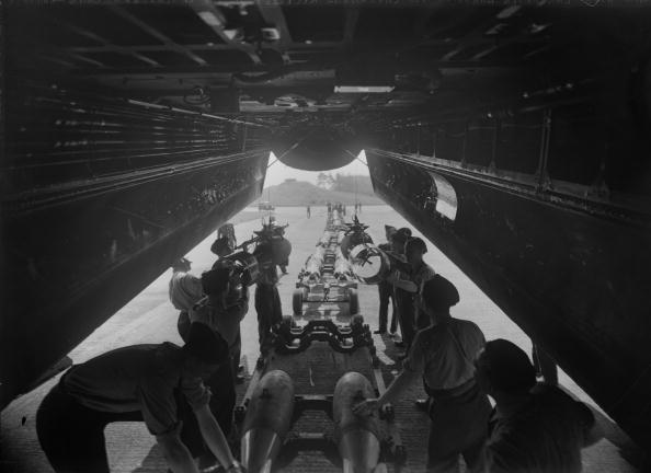 Explosive「Loading A Lancaster」:写真・画像(15)[壁紙.com]