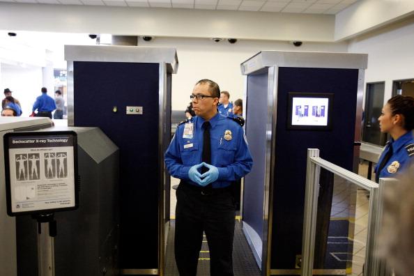 LAX Airport「LA Mayor Villaraigosa Uses Airport Scanner At LAX」:写真・画像(3)[壁紙.com]