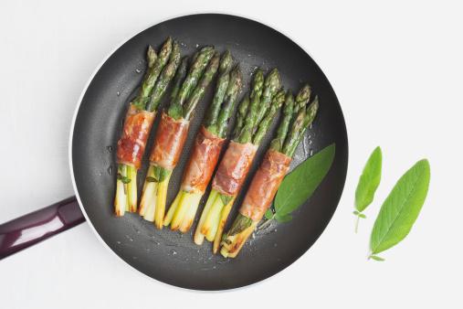 Asparagus「Asparagus with Saltimbocca, sage leaf and parma ham in frying pan」:スマホ壁紙(15)