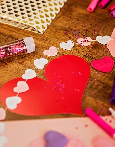 バレンタイン「Decorations for Valentines Day on wooden table」:スマホ壁紙(16)