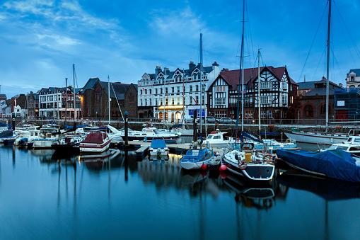 Isle of Man「Boats moored on waterfront of Douglas, Isle of Man」:スマホ壁紙(11)