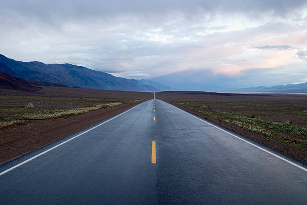 Highway to Infinity: seemingly endless road under a dramatic sky:スマホ壁紙(壁紙.com)