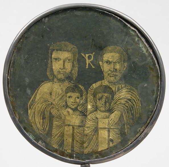 R「Medallion With Family Portrait」:写真・画像(4)[壁紙.com]