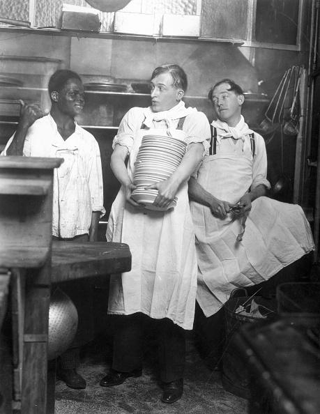 Crockery「Carrying Plates」:写真・画像(17)[壁紙.com]