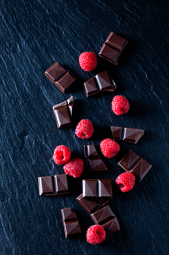 Raspberry「Cocolate pieces with rasperries on black slate」:スマホ壁紙(7)