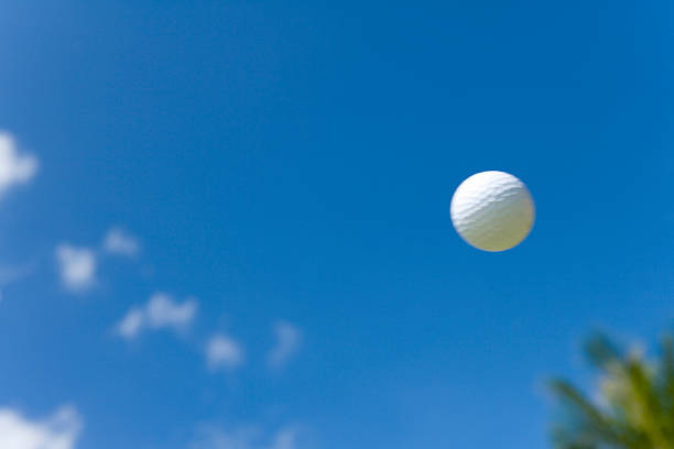 Flying Golf Ball in Blue Sky:スマホ壁紙(壁紙.com)