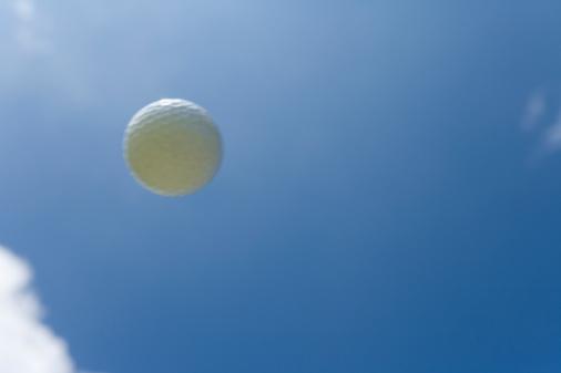 Golf Links「Flying Golf Ball in Blue Sky」:スマホ壁紙(0)