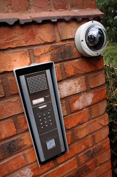 Security System「Automated security entry systems on the gatepost of a house, UK」:写真・画像(1)[壁紙.com]